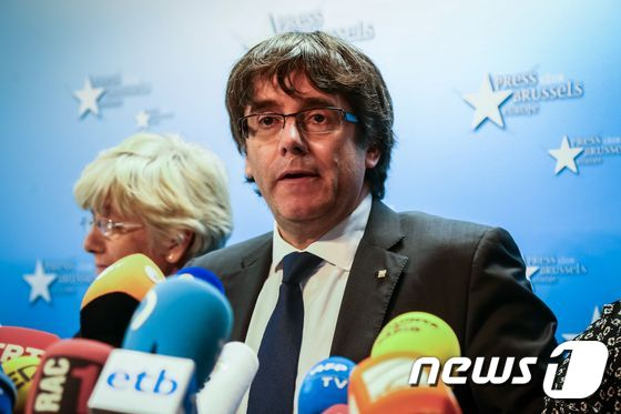 Catalonia's dismissed leader Carles Puigdemont along with other members of his dismissed government address a press conference at The Press Club in Brussels on October 31, 2017. Puigdemont, dismissed by the Spanish government on October 27 after Catalonia's parliament declared independence, reportedly drove hundreds of kilometres (miles) to Marseille in France and then flew to Belgium. / AFP PHOTO / Aurore Belot